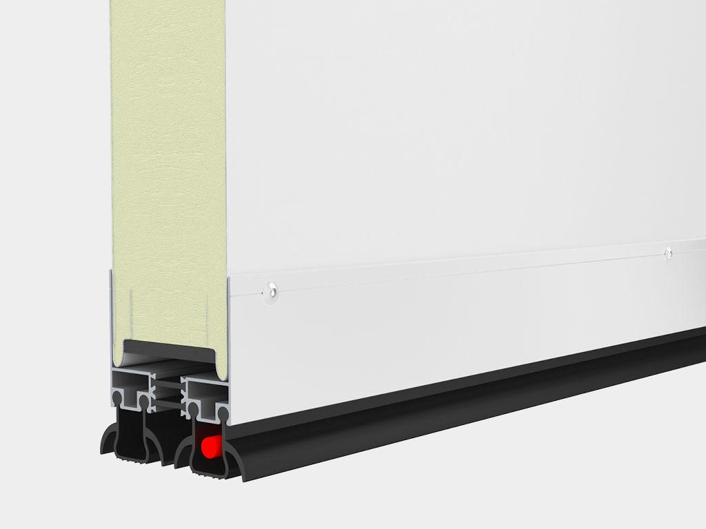 Нижний алюминиевый профиль сохраняет терморазделение сэндвич-панели. Двойной уплотнитель нивелирует неровности пола, обеспечивает хорошую герметизацию. Греющий провод устанавливается в нижний уплотнитель при выборе опции «обогреваемый контур проема».