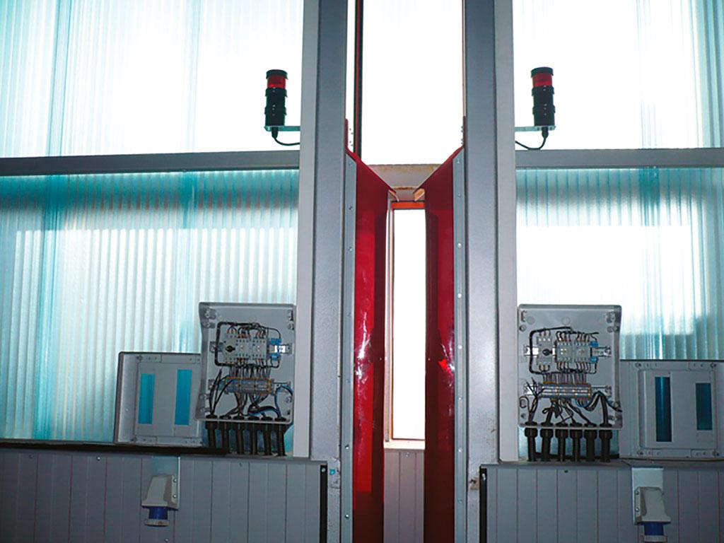 Блоки управления полотен ворот разрабатываются в соответствии с техническим заданием заказчика. Обеспечивается плавный пуск и остановка по команде оператора с переносного или стационарного пульта управления.