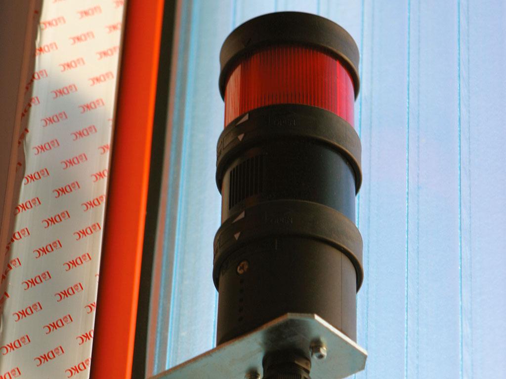 Для обеспечения безопасности при эксплуатации ворот, во время движения полотна работает световая и звуковая сигнализация. ДорХан