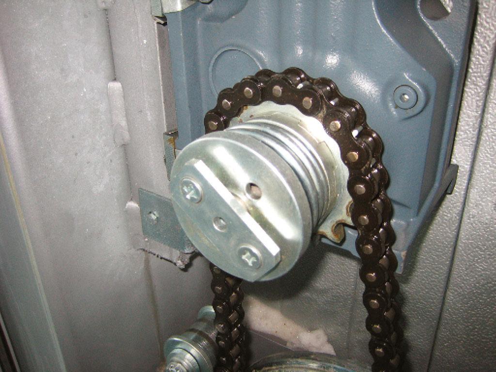 Мотор-редуктор комплектуется специальной муфтой, позволяющей растормозить привод ворот и передвигать полотно в случае отключения электроэнергии. ДорХан