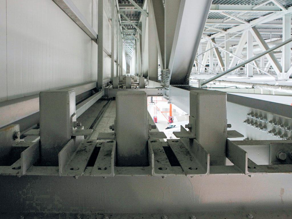 Привязка верхних направляющих ворот к строительным конструкциям ангара осуществляется при проектировании ворот. После окончания монтажа выполняется исполнительная съемка, после анализа которой, дается разрешение на окончательную обварку кронштейнов.