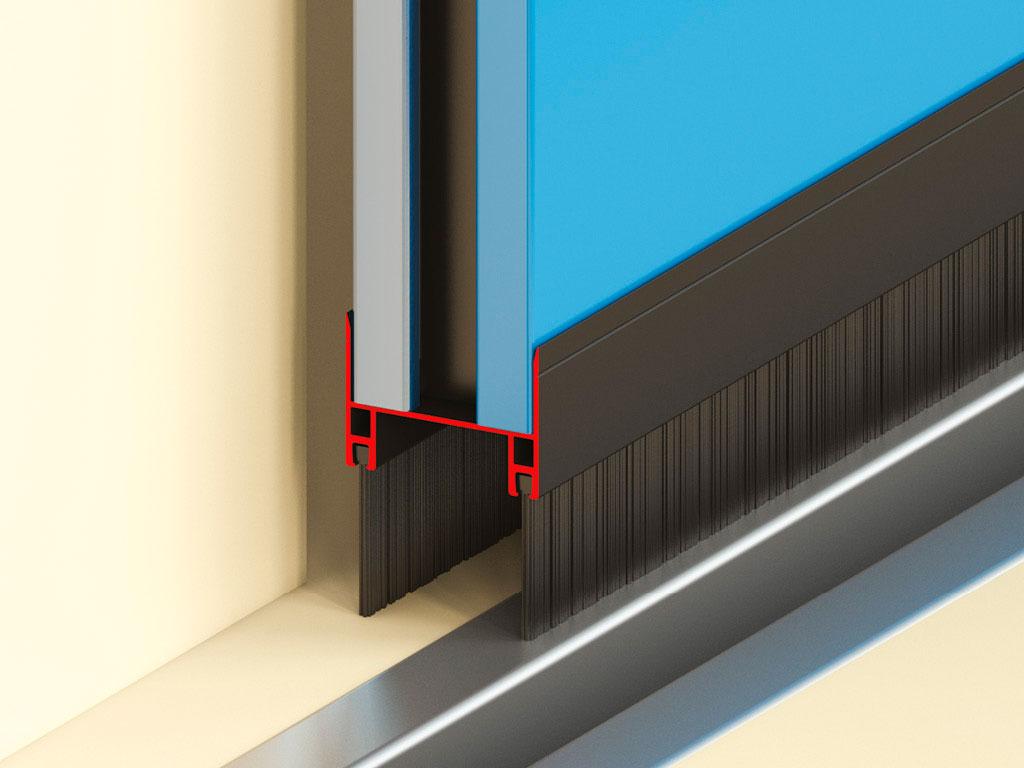 Щеточный уплотнитель снизу полотна ворот для герметизации проема.