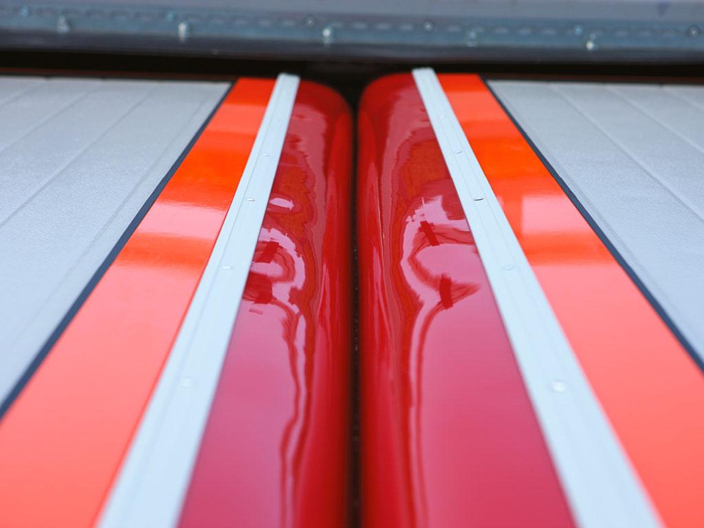 Уплотнения ворот имеют высокую прочность на разрыв и растяжение, обладают хорошими звукоизолирующими свойствами. Стойкие к ультрафиолетовому излучению они сохраняют свою гибкость при низких температурах в течение длительного периода эксплуатации.