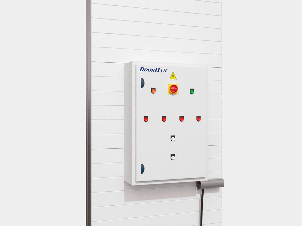 Управление механизмами ворот производится при помощи кнопочного пульта, расположенного на внешней стенке шкафа управления. ДорХан