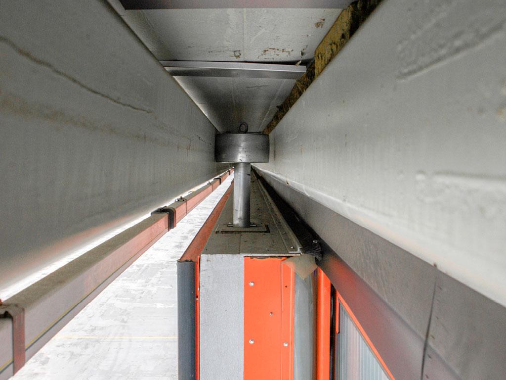 В верхней части ворот установлены ролики, которые перекатываются по верхним направляющим и передают горизонтальную ветровую нагрузку на строительные конструкции ангара. ДорХан